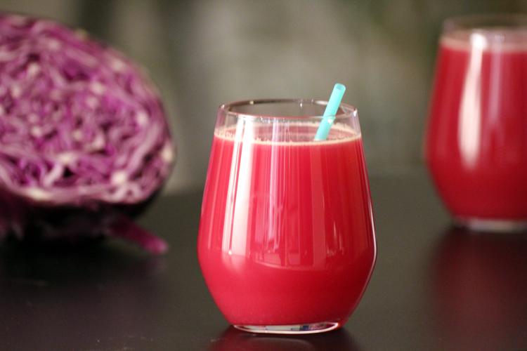Juice med ananas, æble og rødkål